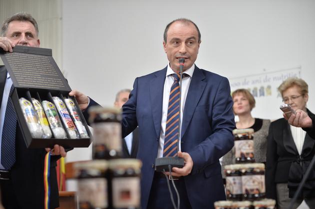 Ministrul Agriculturii, Achim Irimescu, participa la un eveniment de degustare a produselor romanesti Salam de Sibiu si Telemea de Ibanesti, omologate recent alaturi de Magiunul de Topoloveni, la Ministerul Agriculturii, vineri, 18 martie 2016. ALEXANDRU DOBRE / MEDIAFAX FOTO