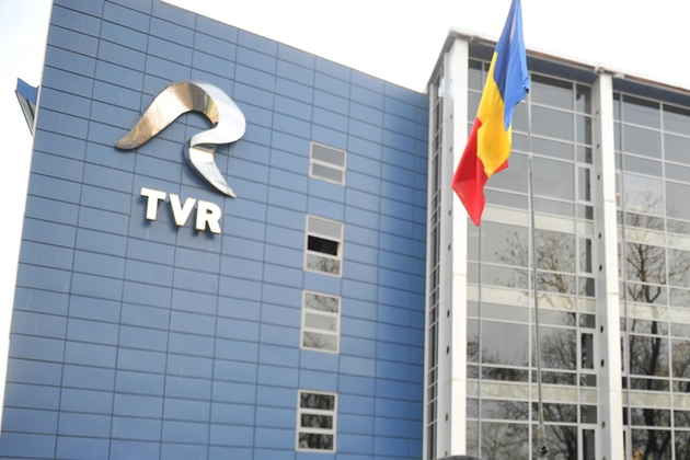 """Persoane sosesc la Televiziunea Romana pentru a vizita Studioul 4, cunoscut ca studioul Revoluţiei, cu ocazia implinirii a 25 de ani de la evenimentele din decembrie 1989, in Bucuresti, luni, 22 decembrie 2014. Pentru prima dată, după 25 de ani, publicul poate intra în studioul unde Mircea Dinescu a anunţat: """"Dictatorul a fugit!"""", """"Am învins!"""". Era 22 decembrie 1989, ora 12.55. Acum, după un sfert de veac de la acele momente, Televiziunea Română recreează cadrul din care s-a transmis, în premieră mondială, o revoluţie în direct. Pentru ca vizitatorii să poată înţelege mai bine desfăşurarea evenimentelor din decembrie 1989, expoziţia tematică organizată de TVR este susţinută de Armata Română, cu elemente de tehnică militară. BOGDAN IORDACHE / MEDIAFAX FOTO"""