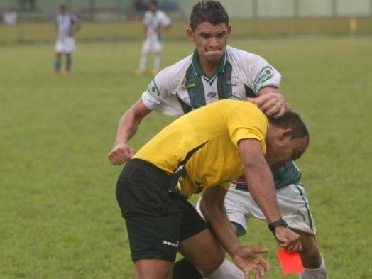 video-arbitru-batut-crunt-de-un-jucator-brazilian-care-a-primit-rosu-imagini-socante-10160206
