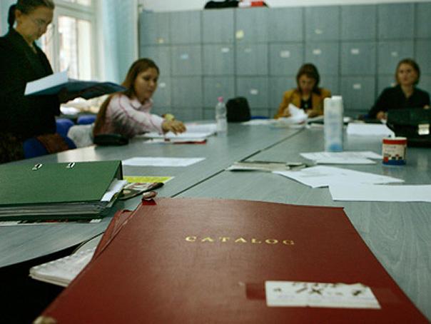 """FOTOGRAFIA INSOTESTE MATERIALUL MEDIAFAX: """"Majoritatea elevilor din Capitala s-au alaturat profesorilor -pentru o greva mai buna.-"""" Profesori ai Colegiului Economic Virgil Madgearu, din Bucuresti, stau in cancelarie, participand astfel la greva de avertisment de o zi, luni, 3 noiembrie 2008. ANITA VIZIREANU / MEDIAFAX FOTO"""