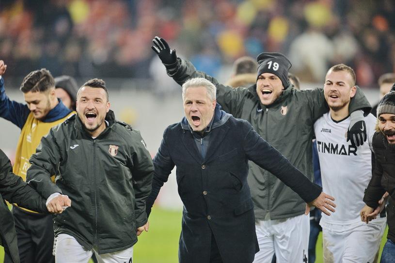 Marius Sumudica, antrenorul echipei Astra Giurgiu, reactioneaza la finalul meciul de fotbal contra echipei AS Roma  din Europa League, disputat  pe stadionul Arena Nationala din Bucuresti, joi, 8 decembrie 2016. Meciul s-a terminat la egalitate, scor 0-0astfel ca Astra Giurgiu a terminat grupa E pe locul doi, cu opt puncte si s-a calificat in primavara europeana, in timp ce AS Roma a incheiat pe primul loc, cu 12 puncte . ALEXANDRU DOBRE / MEDIAFAX FOTO