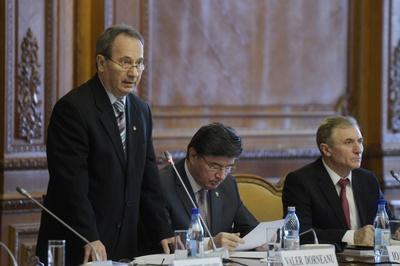 Presedintele CCR, Valer Dorneanu (S), se adreseaza invitatilor, joi 8 decembrie 2016, la ceremonia organizata la Curtea Constitutionala (CCR), cu prilejul Zilei Constitutiei. ANDREEA ALEXANDRU/MEDIAFAX FOTO