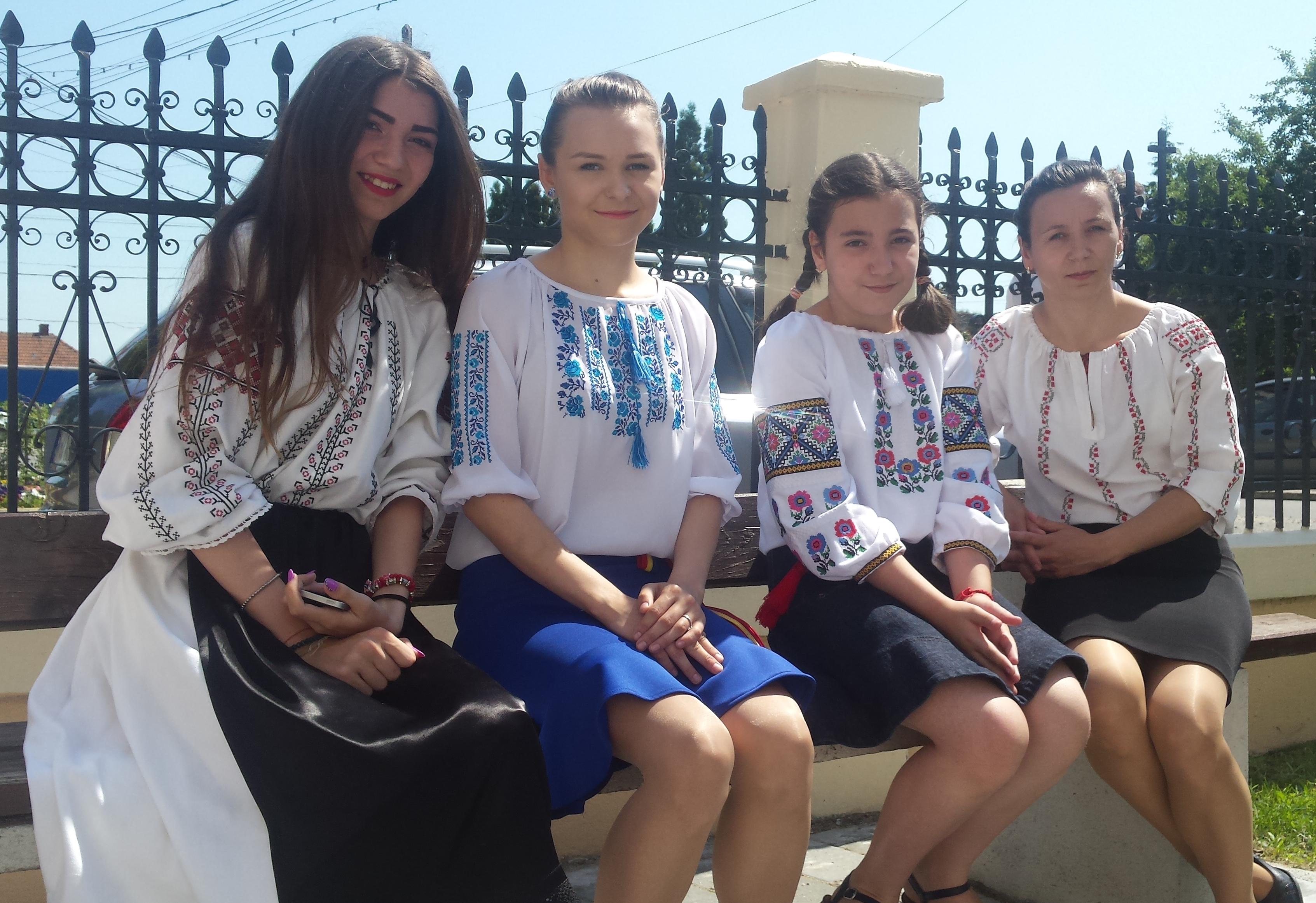 Medieșenii au venit în port popular la biserică de Rusalii (4)