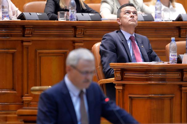 Premierul Sorin Grindeanu (D) reactioneaza in timpul discursului sustinut de presedintele PSD, Liviu Dragnea, Miercuri 21 Iunie 2017, in Palatul Parlamentului, in timpul dezbaterii motiunii de cenzura initiata de alianta PSD-ALDE, impotriva guvernului. ALEXANDRU DOBRE/MEDIAFAX FOTO