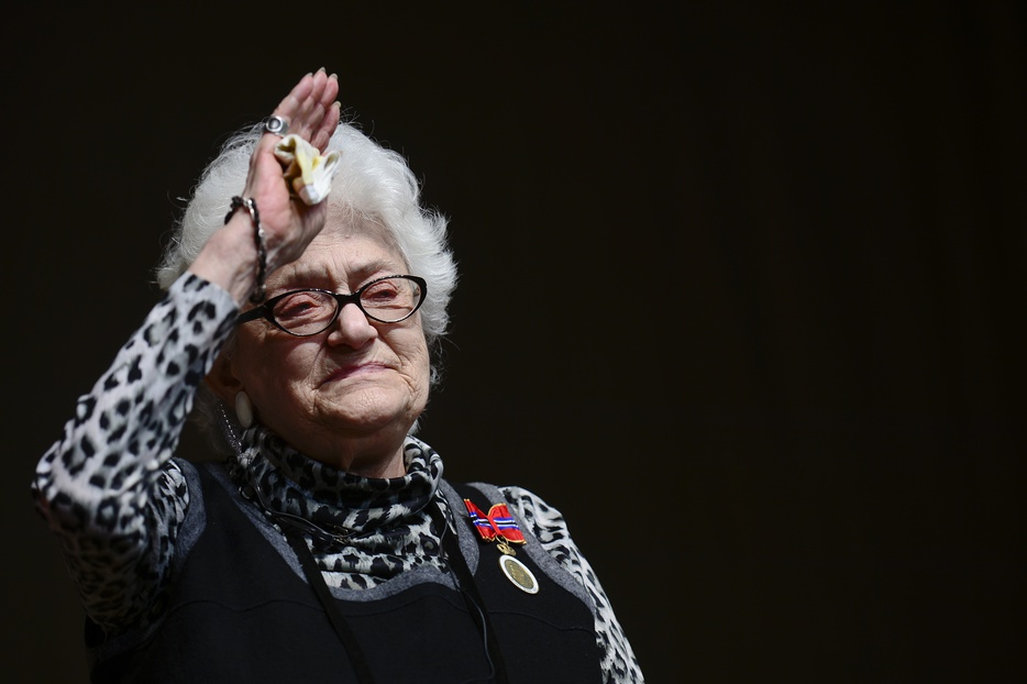 """Actrita Olga Tudorache saluta publicul la finalul reprezentatiei speciale a piesei """"Portretul Doamnei T"""" purtand decoratia regala """"Nihil Sine Deo"""", primita din partea Regelui Mihai, reprezentat de Principesa mostenitoare Margareta, la Teatrul Mic din Bucuresti, sambata, 19 mai 2013. OCTAV GANEA / MEDIAFAX FOTO"""