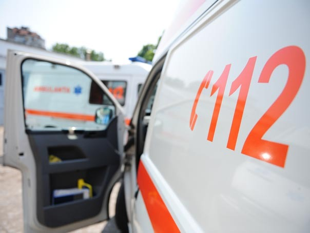 Ambulante pot fi vazute parcate la sediul Serviciului De Ambulanta Al Municipiului Bucuresti. Serviciul de ambulanta este suprasolicitat in perioada caniculara, peste 15% din interventiile ambulantelor realizandu-se in cazul persoanelor afectate de caldura